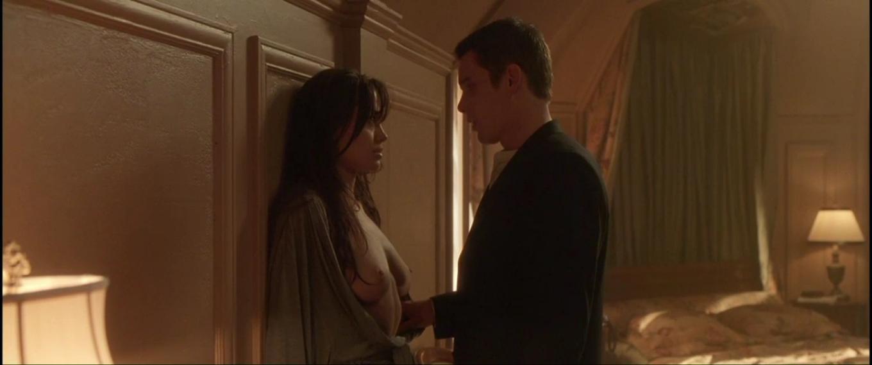 Angelina Jolie, desnudo integral y escena lésbica con