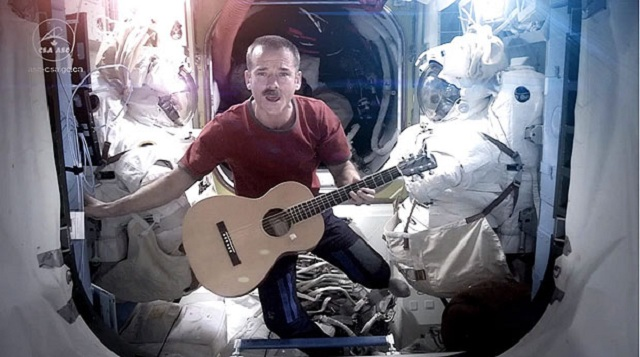 Un astronauta interpreta 'Space Oddity' de David Bowie en la Estación Espacial Internacional