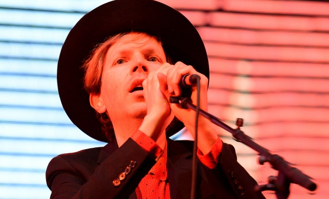 Beck interpreta 'Heart is a Drum' en directo para Colbert