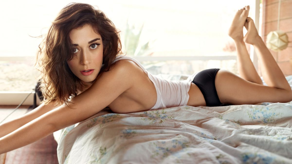 Lizzy Caplan desnuda, maestra del sexo en 'The Interview'