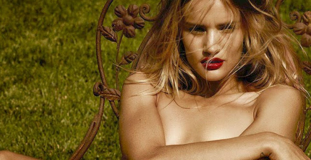 Rosie Huntington-Whiteley desnuda en Violet Grey