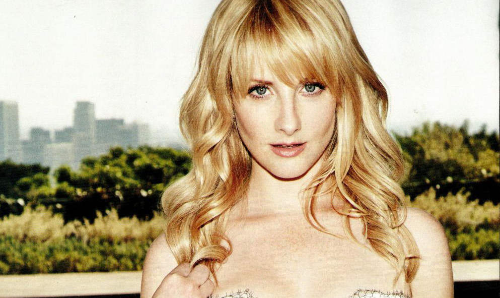 La actriz de 'The Big Bang Theory' Melissa Rauch desnuda y salvaje para 'The Bronze'