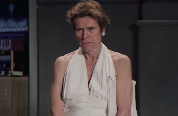 Willem Dafoe luciendo piernas como Marylin Monroe