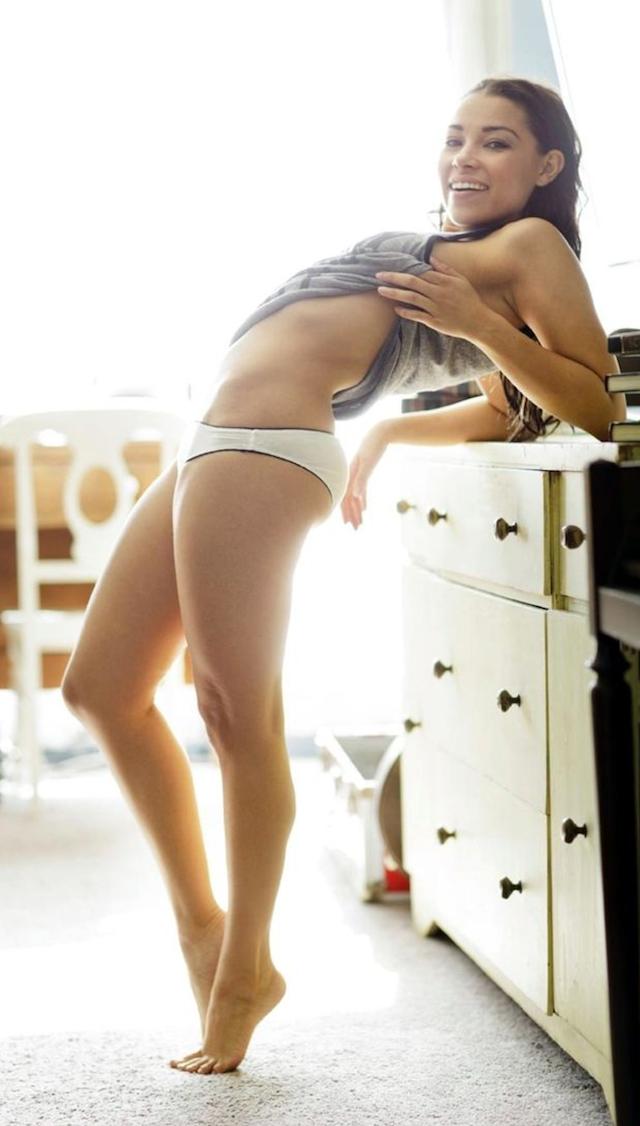 Jessica Parker Kennedy desnuda, la pirata sexy