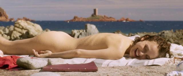 Natalie Portman desnuda deslumbra con sus curvas