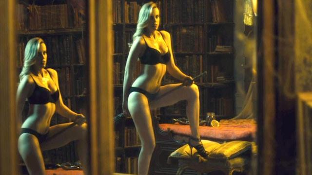 Películas eróticas bizarras: brujas desnudas. Con la escoba entre las piernas