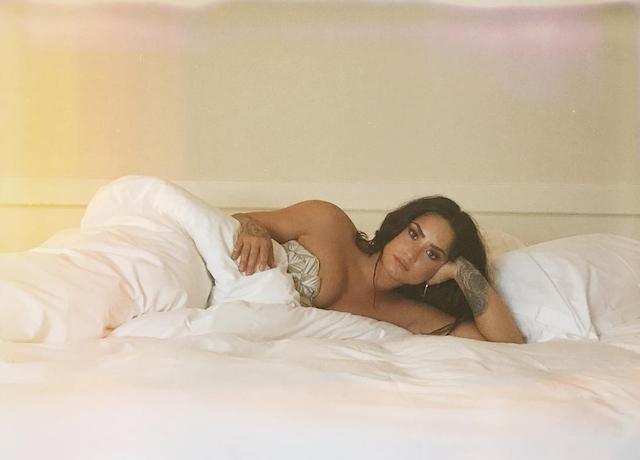 Demi Lovato desnuda en la cama