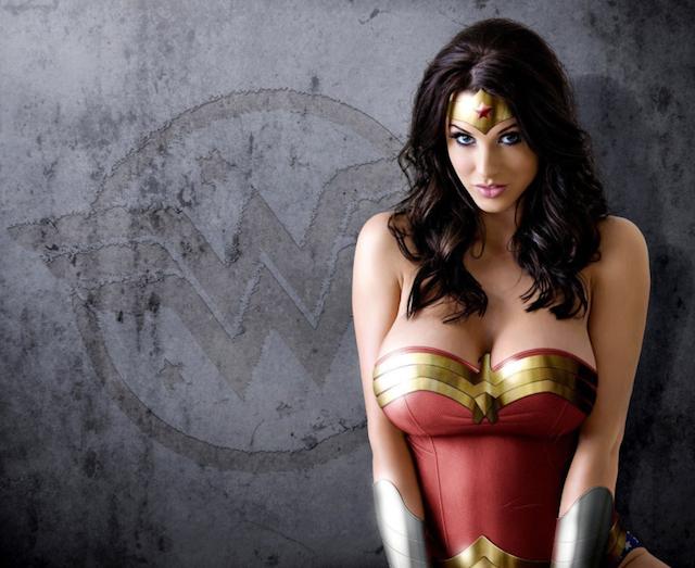 Wonder Woman desnuda, se pasa al porno explícito y salvaje