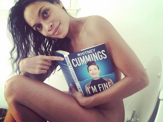 Rosario Dawson desnuda, la actriz en la intimidad de su retrete